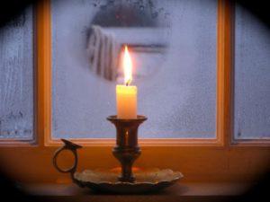 запотевают пластиковые окна в доме что делать: свеча на подоконнике