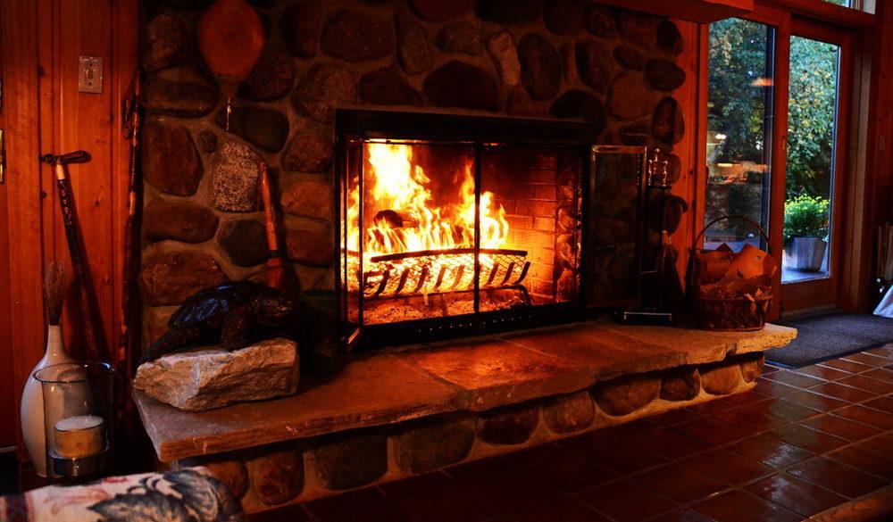 Хранение дров: хранение дров позволяет развести уютный камин в зимнюю стужу