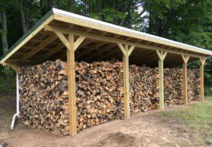 хранение дров на улице: деревянный каркас