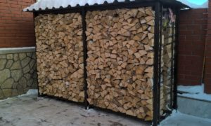где хранить дрова на даче