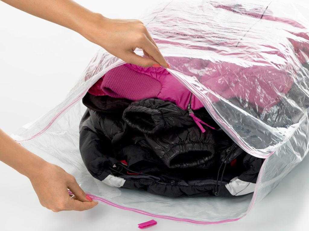 Упаковать одежду и обувь в мешки