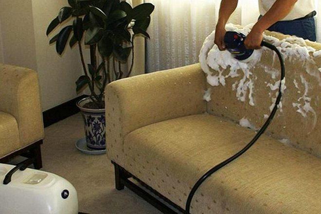 Очистка дивана при помощи моющего пылесоса